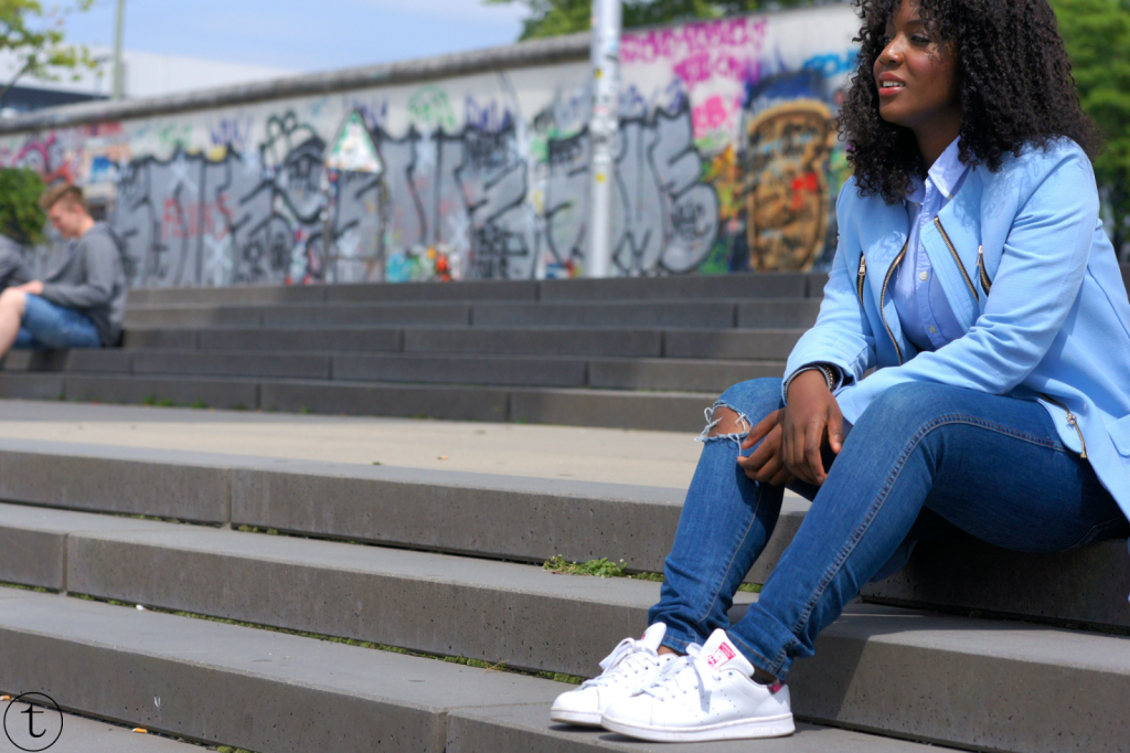 outfit post wearing a blue coat and ripped jeans in berlin germany